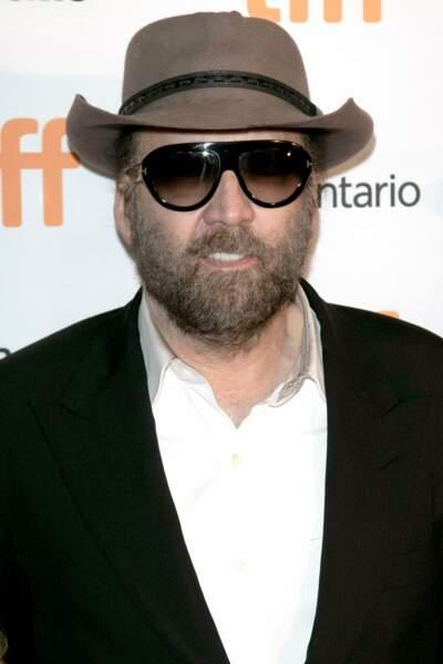 Nicolas Cage : méconnaissable avec ses lunettes, sa barbe et son chapeau de cow-boy.