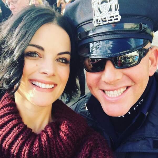Elle pose avec un policier ! C'est plus simple.