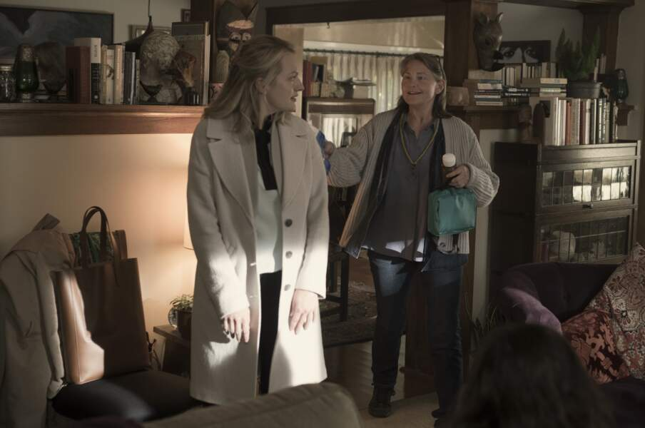 Cherry Jones incarne la mère de June dans quelques épisodes, Holly