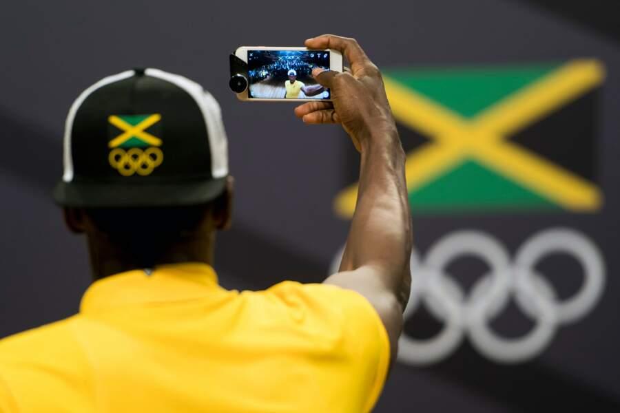 Pour être sûr de s'en souvenir, Usain Bolt fait des selfies à Rio...
