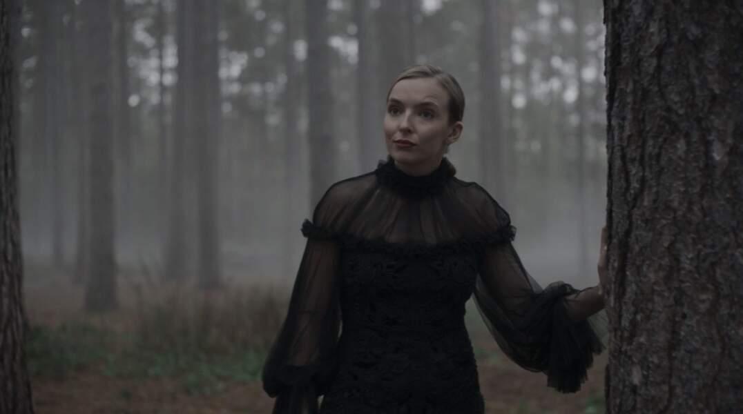 Elle va jusqu'à porter sa robe de deuil en pleine forêt