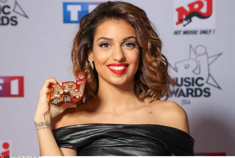 Tal et son trophée de l'artiste féminine francophone de l'année aux NRJ Music Awards