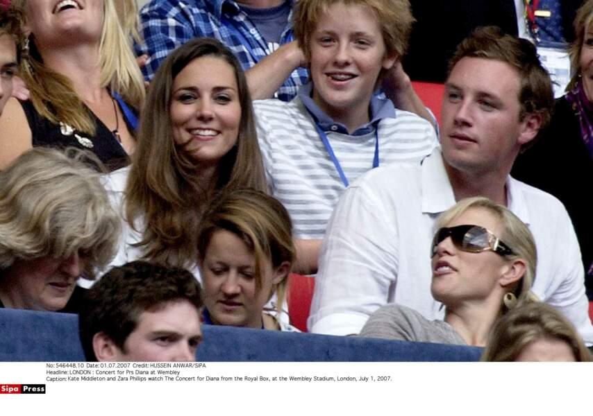 Elle est assise deux rangs derrière le prince William