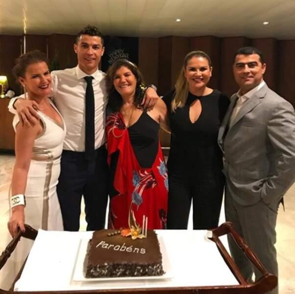 Le soir du réveillon, Cristiano Ronaldo fêtait le Nouvel an mais aussi l'anniversaire de sa maman !