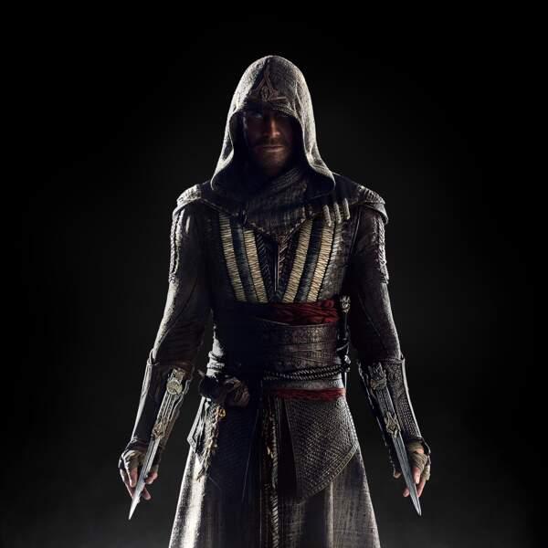 Armé jusqu'au bout des doigts et encapuchonné sous les traits de Callum Lynch dans Assassin's Creed (2016)