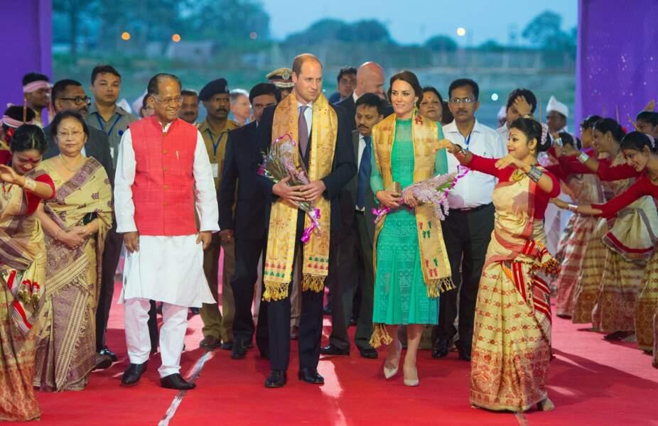Après avoir quitté New Delhi, le couple atterrit à Assam où ils sont accueillis par des danseuses traditionnelles