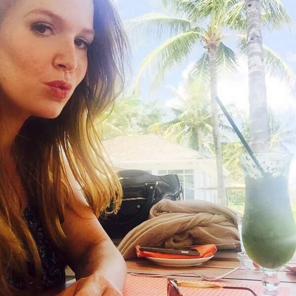 Pause cocktail pour Poppy Montgomery aux Bahamas.