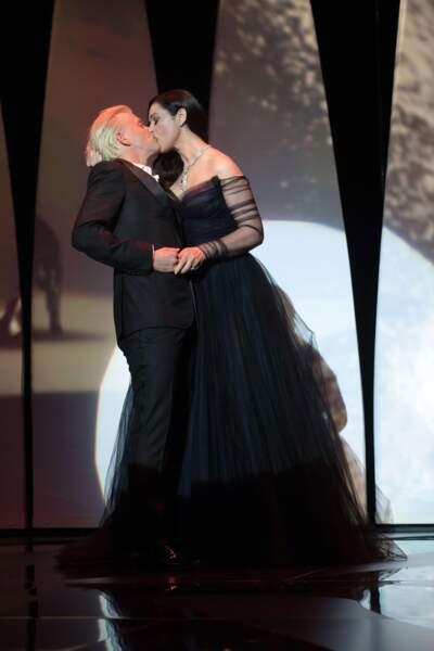 Monica Bellucci roule une pelle à Alex Lutz en pleine cérémonie d'ouverture