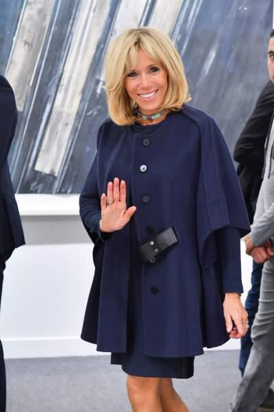 En bleu marine, sa couleur fétiche, la Première dame a fait preuve d'originalité avec sa cape