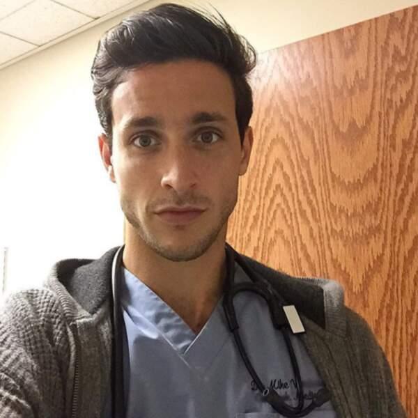 """Plus communément appelé Doctor Mike, il a été désigné """"médecin le plus sexy"""" sur Instagram"""