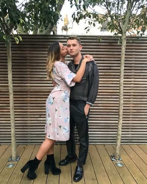 Chaste baiser déposé sur sa joue par son amie Clémentine Linières pour son anniversaire.