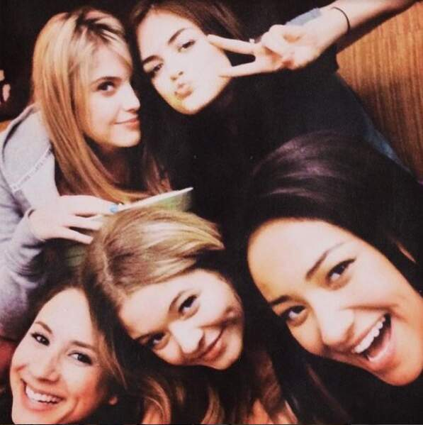 Ashley Benson a publié ce beau selfie avec certaines filles du casting.