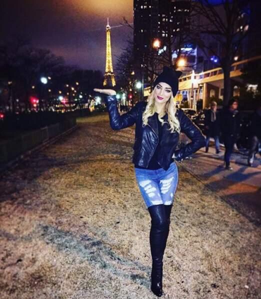 Quand elle se balade à Paris, elle ne manque pas un selfie avec la tour Eiffel.