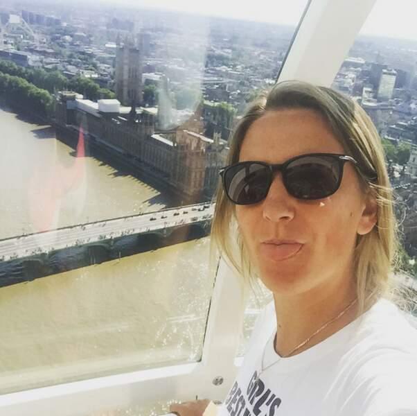 Pendant que Victoria tire (encore) la langue en découvrant Londres d'en haut...