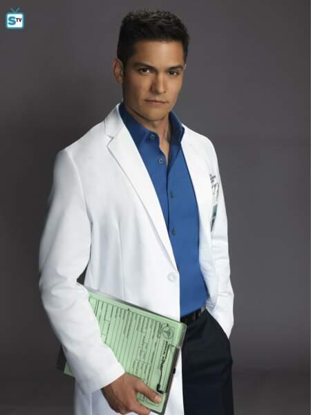 Le Dr Neil Melendez (Nicholas Gonzales) est proche de Jessica Preston et confiant envers Shaun