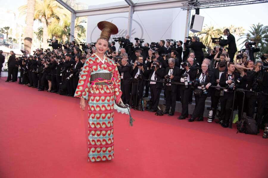 Victoria Abril a fait rire avec sa tenue mi africaine mi japonaise