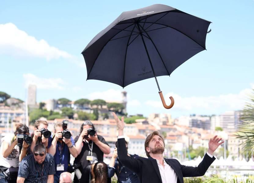 Ruben Ostlund (The Square) pratique le lâcher de parapluie en plein cagnard