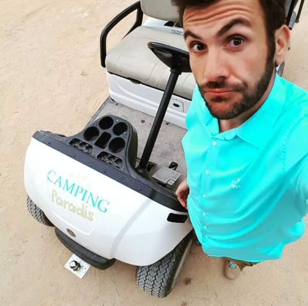 """Laurent Ournac et son """"fidèle destrier électrique"""" sur le tournage de Camping Paradis."""