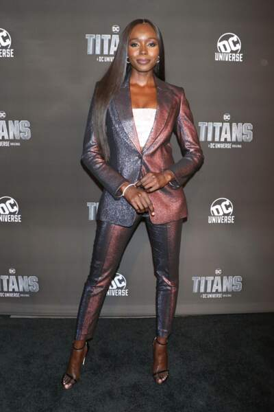 En réalité, la comédienne Anna Diop a un look beaucoup plus classique que son personnage dans Titans