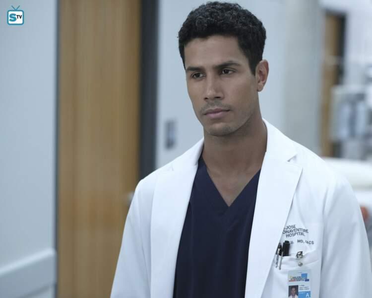 Le Dr Jared Kalu (Chuku Modu) est un chirurgien ambitieux
