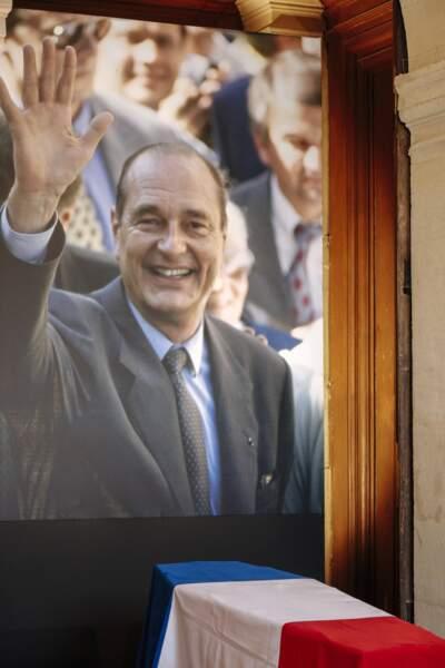 Le cercueil de Jacques Chirac, surplombé d'une photo choisie par sa famille où il salue la foule