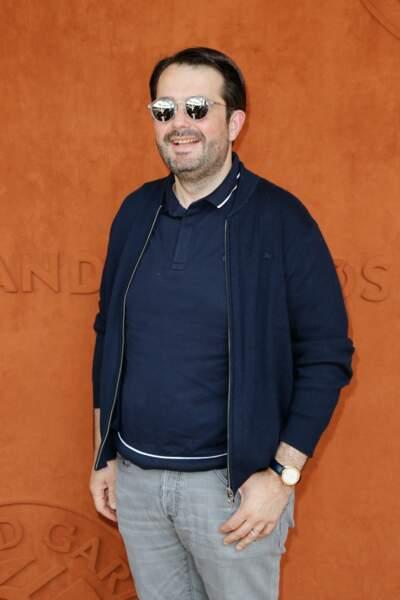 On a l'habitude de le voir en tablier, mais Roland-Garros oblige, il adopte une tenue cool