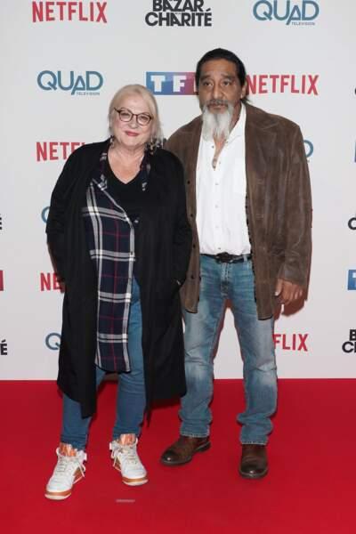 Josiane Balasko, accompagnée ici de son mari George Aguilar, joue un rôle étonnant dans la série