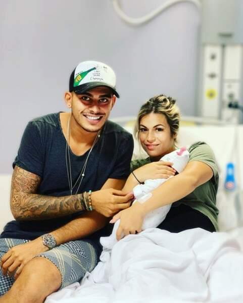 À la maternité, la famille des Marseillais de W9 a débarqué. Ici, Greg pose avec Ruby et Carla