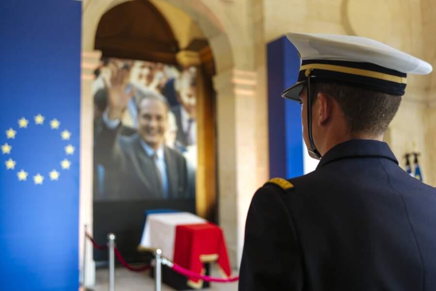 Un officier devant le cercueil de Jacques Chirac