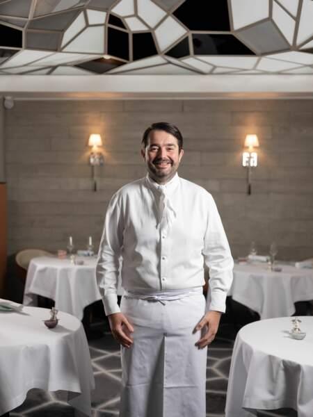 En 2019, il pose dans son établissement Le Grand Restaurant