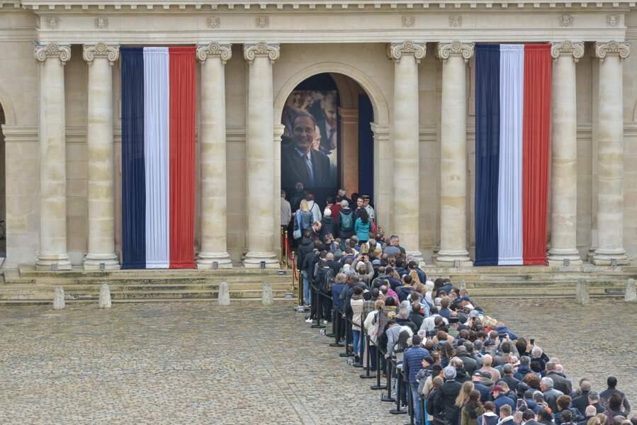 Vu la foule, l'hommage populaire pourrait durer jusqu'à 7h du matin lundi