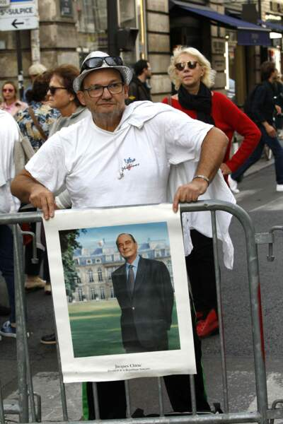 Certains avaient apporté des affiches ou des photos pour rendre hommage à l'ancien président