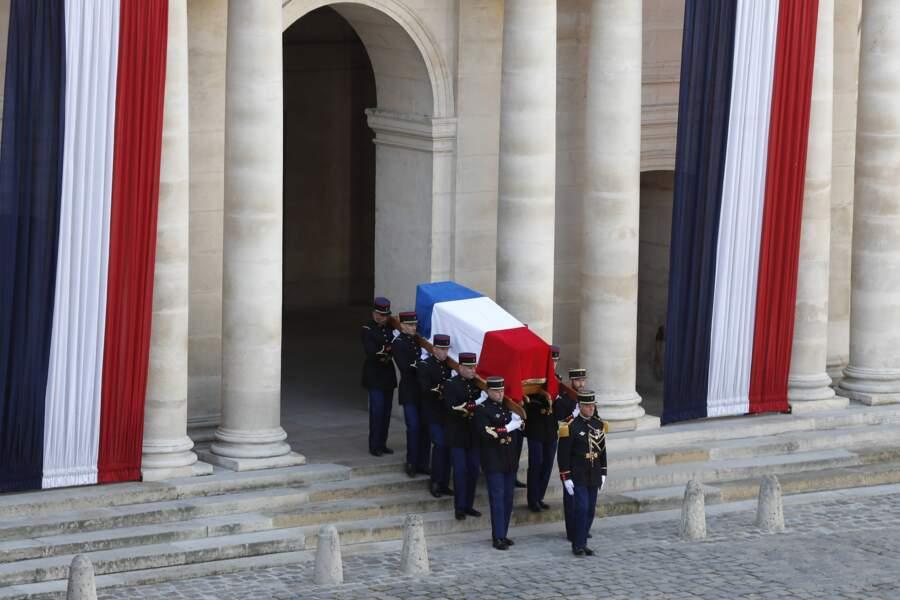 Ce sont les anciens officiers de sécurité de Jacques Chirac qui portaient le cercueil.