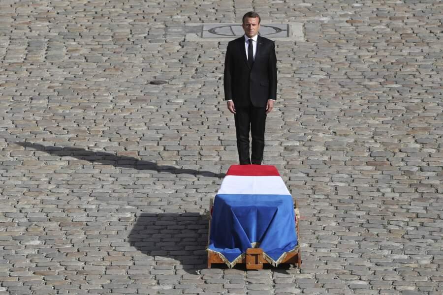 Emmanuel Macron a rendu les honneurs militaires à Jacques Chirac avant la cérémonie.
