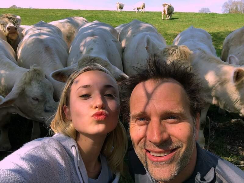 Elle préfère quand ils posent ensemble devant des vaches. Chacun ses goûts !