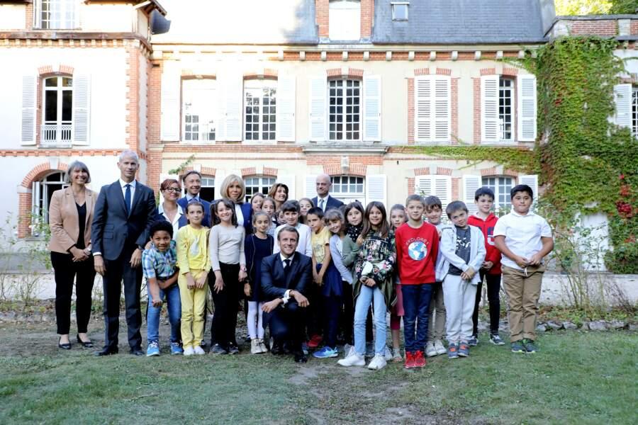 En fin de journée, Emmanuel Macron et son équipe ont rencontré les élèves d'une classe de CM2 de la ville.