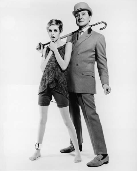 A la fin des années 60, Patrick Macnee pose avec le mannequin britannique Twiggy pour la promotion de la série
