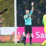 Football : 8 mois de suspension pour l'arbitre Tony Chapron pour son tacle sur un joueur