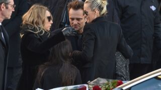 """Hommage à Johnny Hallyday : une messe anniversaire organisée en présence de son """"frère de cœur"""" et de nombreux fans"""