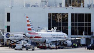Impressionnant : le bec d'un avion en miettes après avoir traversé une tempête de grêle (PHOTOS)