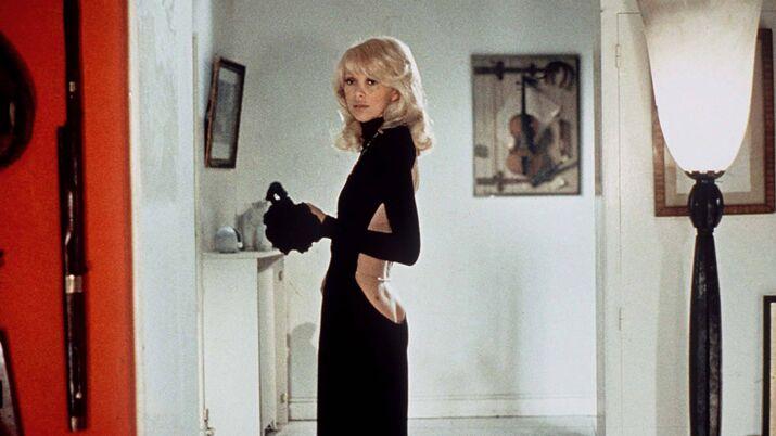 Mireille Darc dans Le grand blond avec une chaussure noire