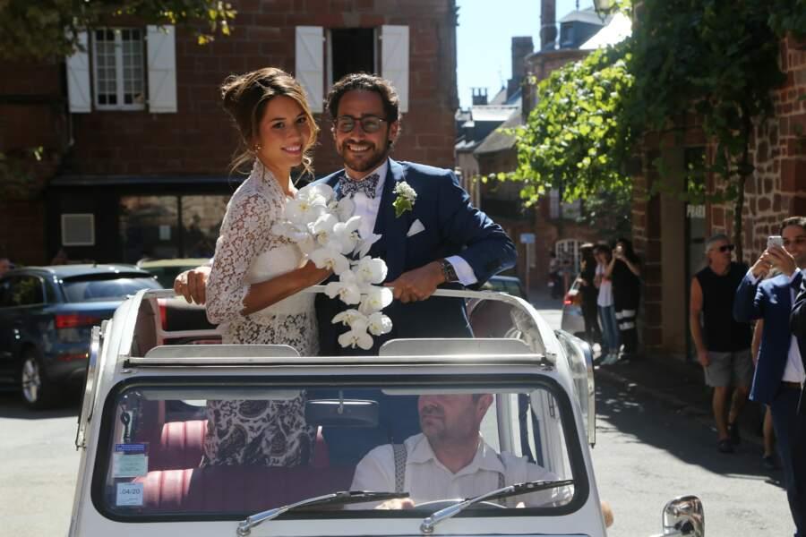 Les mariés ont posé dans la voiture