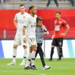 En plein match du PSG, Neymar étreint un enfant en pleurs et lui fait un joli cadeau (VIDEO)