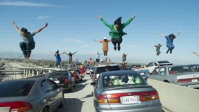 Bloqués sur l'autoroute par les gilets jaunes, ils rejouent la mythique scène d'ouverture de La La Land ! (VIDÉO)