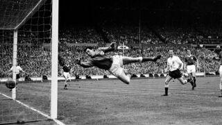 """Football : le mythique gardien anglais Gordon Banks, auteur de """"l'arrêt du siècle"""" face à Pelé, est mort (VIDEO)"""