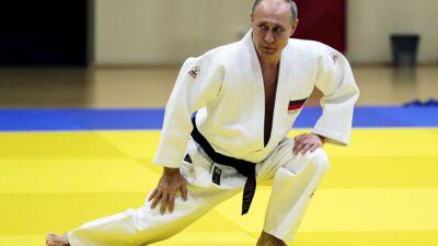 Vladimir Poutine défie un champion olympique de judo et se blesse de façon étrange (VIDEO)
