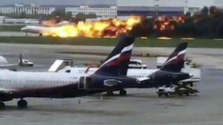 Russie : après un atterrissage d'urgence, un avion prend feu et fait 41 morts (VIDEO)