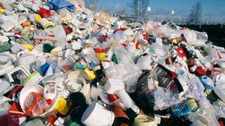 Pollution aux plastiques : l'homme avalerait l'équivalent du poids d'une carte de crédit chaque semaine !