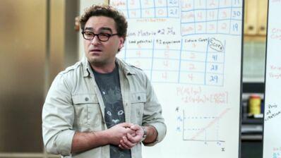"""Johnny Galecki, au bord des larmes, se confie sur la fin de The Big Bang Theory : """"J'ai fini tremblant sur le sol"""" (VIDEO)"""
