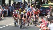 Tour de France 2019 : en pleine course, un coureur donne une fessée à un spectateur ! (VIDEO)